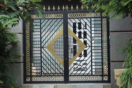 cửa cổng sắt mở